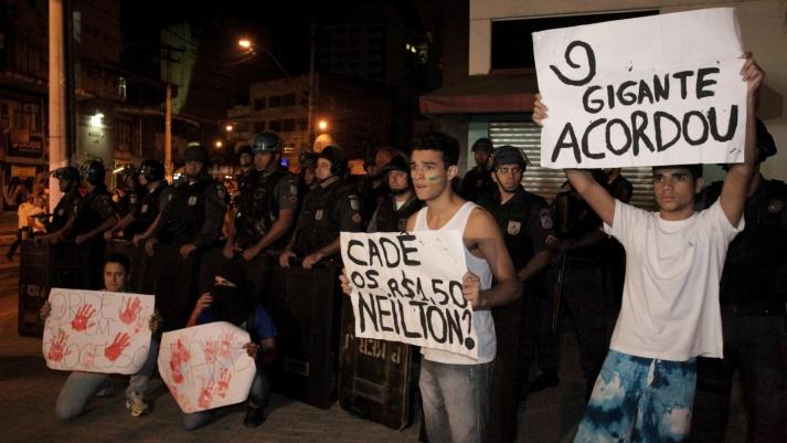 18jun13---cerca-de-500-pessoas-segundo-a-pm-se-reunem-em-manifestacao-no-centro-da-cidade-de-sao-goncalo-rj-nesta-terca-feira-os-manifestantes-pedem-a-reducao-do-valor-das-passagens-de-onibus-para-1371596210615_19