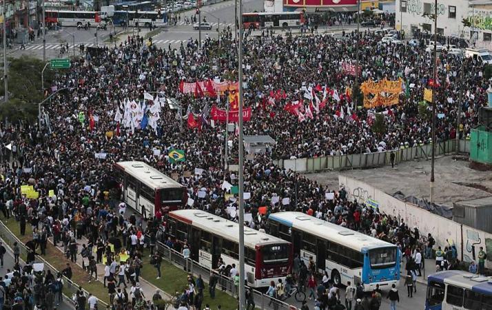 Largo da Batata, zona Oeste de São Paulo, foi o ponto de partida da maior manifestação contra o aumento de tarifas e outros temas em São Paulo. Manifestações ocorreram em todo o País. Foto: AFP