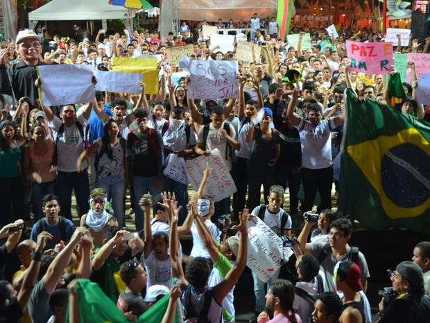 """Manifestantes ocuparam a Praça do Centro Cívico, onde ocorre a festa """"Boa Vista Junina"""" (Foto: Érico Veríssimo/G1)"""