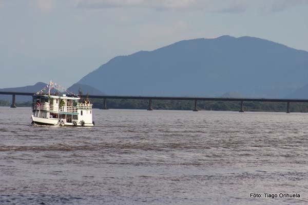 Rio Branco, ao fundo a Ponte dos Macuxi (Foto: Tiago Orihuela)